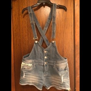 Denim short overalls with crochet on pockets